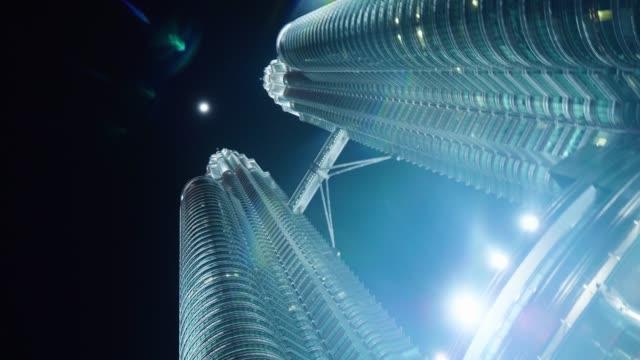 petronas twin towers och månen på natten - petronas twin towers bildbanksvideor och videomaterial från bakom kulisserna