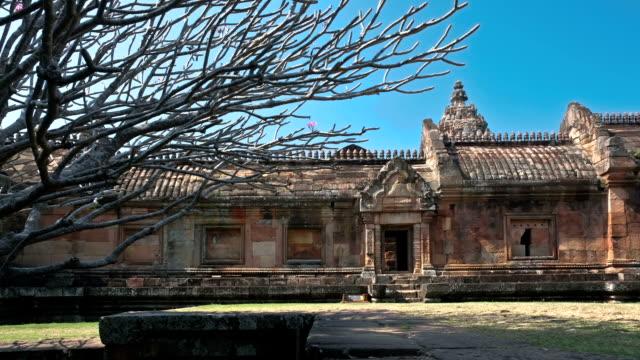 vídeos de stock, filmes e b-roll de phanomrung templo khmer antigas céu azul plumeria tailândia movimentos deslizantes de tempo (time-lapse - phimai