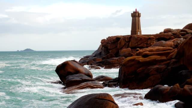 vidéos et rushes de phare de men ruz à la plage de rose granit, bretagne, france - bretagne