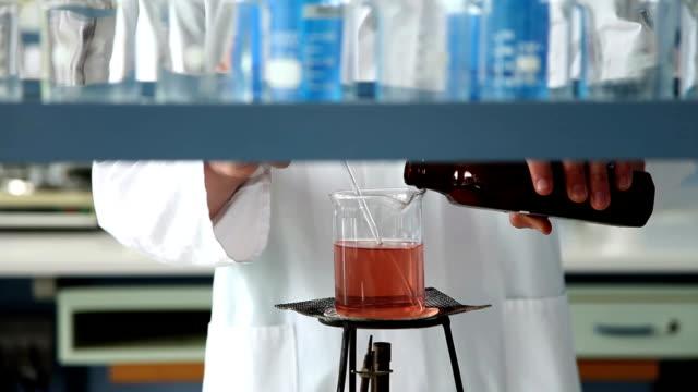 pharmaceutical experiment - bunsen beki stok videoları ve detay görüntü çekimi