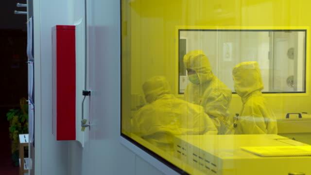 stockvideo's en b-roll-footage met farmaceutische machines voor de productie van de geneeskunde - doordrukstrip