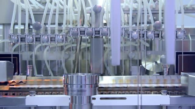 stockvideo's en b-roll-footage met farmaceutische productieapparatuur. medische ampullen productieproces - chemische fabriek