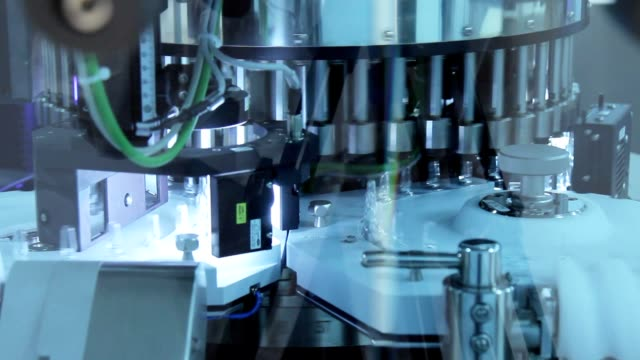 pharmaceutical manufacturing equipment. medical vials manufacturing - apparecchiatura medica video stock e b–roll