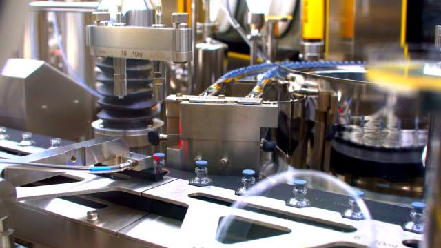医薬品製造工場のライン。医薬品品質管理 - 化学点の映像素材/bロール