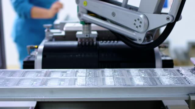 Pharmazeutischen Produktionslinie. Roboterarm an medizinischen Fertigungslinie – Video