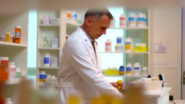 prescrizione di riempimento farmacista - prescrizione medica video stock e b–roll