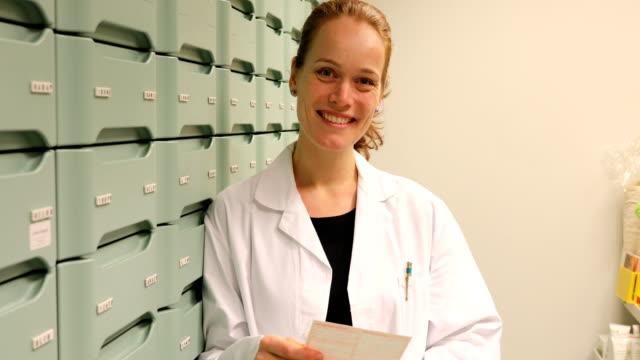 薬剤師の保管室に処方箋を読む - 上半身点の映像素材/bロール