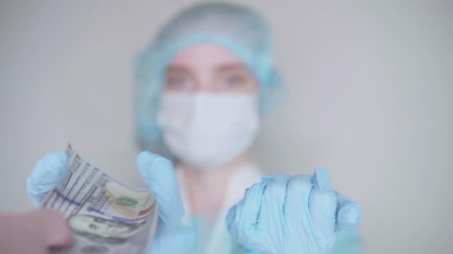 apotekare säljer vaccin i ampull - corona vaccine bildbanksvideor och videomaterial från bakom kulisserna