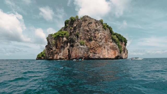 ピピ諸島国立公園海洋保護区日帰り旅行タイ - 叙情的な内容点の映像素材/bロール
