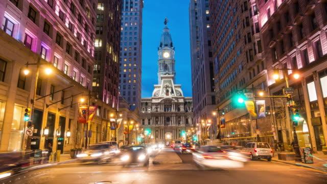 vidéos et rushes de philadelphia ville hall au crépuscule - inclinaison vers le haut