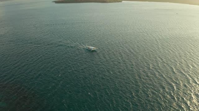 vídeos de stock, filmes e b-roll de barco a motor filipino na superfície da água - equipamento de esporte aquático