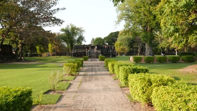 vídeos de stock, filmes e b-roll de parque histórico de phimai, estabelecimento antigo do khmer, templo, ruínas velhas e destino do curso em tailândia do leste norte. - phimai