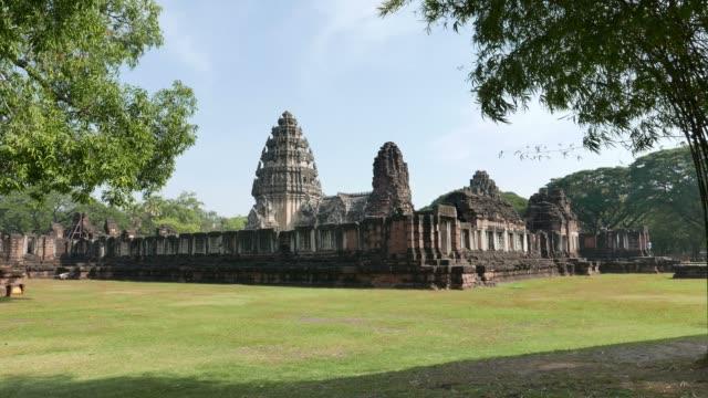 vídeos de stock, filmes e b-roll de parque histórico de phimai, templo khmer, ruínas antigas e destino de viagem na tailândia. - phimai