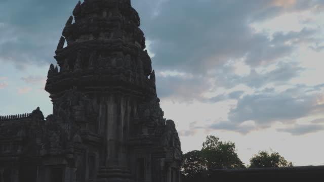 vídeos de stock, filmes e b-roll de santuário de phimai no crepúsculo - phimai