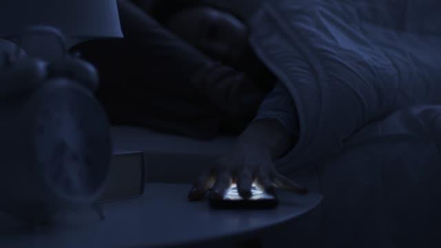 vídeos de stock e filmes b-roll de phone alarm ringing early in the morning - acordar