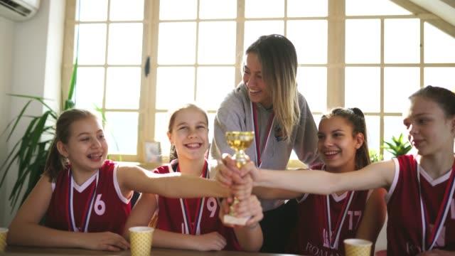 vídeos de stock, filmes e b-roll de telefonema interrompendo celebração - troféu