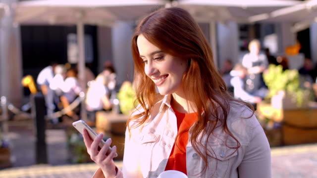 telefonmeddelande i stan. vacker ung kvinna. - telefonmeddelande bildbanksvideor och videomaterial från bakom kulisserna