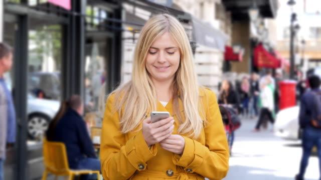전화 메시지 미소, 바쁜 도시 보도입니다. - 방관적인 사람들 스톡 비디오 및 b-롤 화면