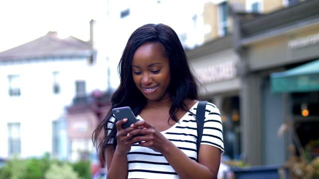 telefonnachricht lächeln. - online dating stock-videos und b-roll-filmmaterial