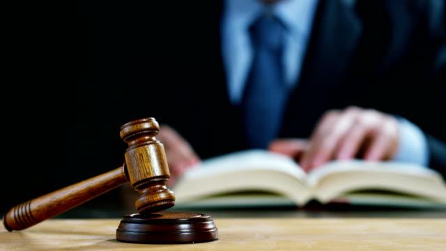 telefon av jurist eller notarier med hammare som domare för försäkringsersättning eller brottmål. - dom bildbanksvideor och videomaterial från bakom kulisserna