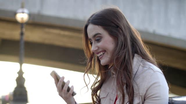 telefon vinnande firande lycklig kvinna. - bingo bildbanksvideor och videomaterial från bakom kulisserna