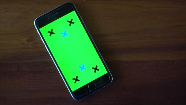 vídeos de stock e filmes b-roll de phone with green screen - table