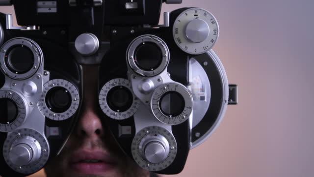 vidéos et rushes de réfracteur pour un examen ophtalmologique - réfracteur