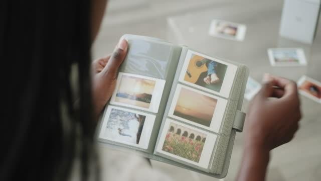 fotoalbum, das als archiv für fotos verwendet wird, druckt bilder - polaroid stock-videos und b-roll-filmmaterial