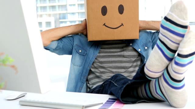 foto-editor mit smiley-box auf dem kopf - smiley stock-videos und b-roll-filmmaterial