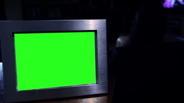 fotoram med grön skärm i mörkret. - ram bildbanksvideor och videomaterial från bakom kulisserna