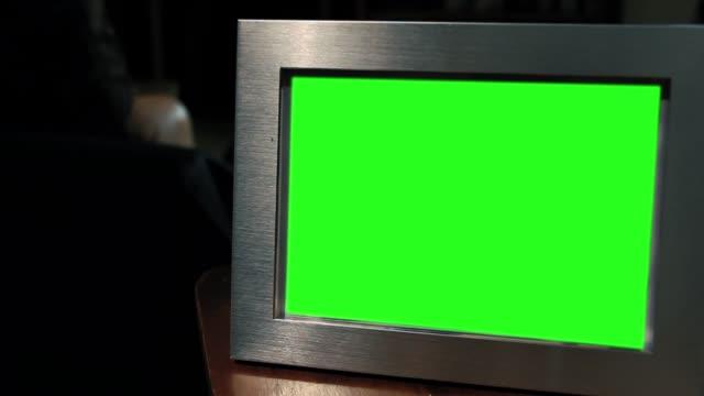 fotoram med grön skärm i mörkret. - fotoram bildbanksvideor och videomaterial från bakom kulisserna