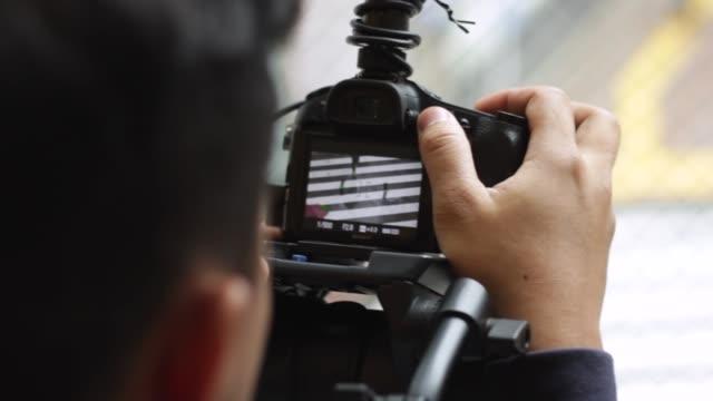 фото запись люди пересечения улицы в японии камерой - кинокамера стоковые видео и кадры b-roll