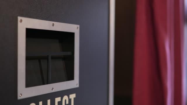stockvideo's en b-roll-footage met foto strip druppels van een photo booth - photography curtains