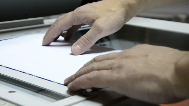 vídeos y material grabado en eventos de stock de fotocopia dispositivo, fotocopiadora la copia del documento - escáner plano