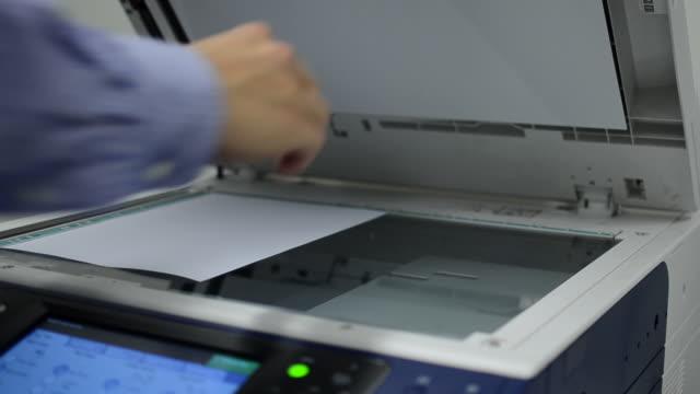 vídeos y material grabado en eventos de stock de documentos de fotocopiado - escáner plano