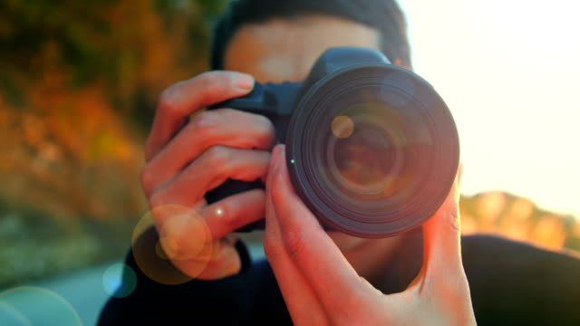 photographer at working - fotografika filmów i materiałów b-roll