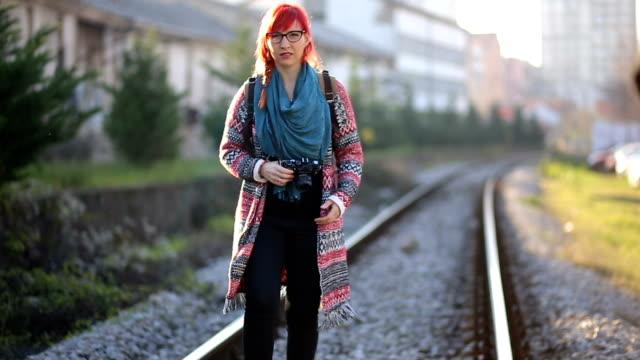 Chica fotógrafo manchado trenes - vídeo