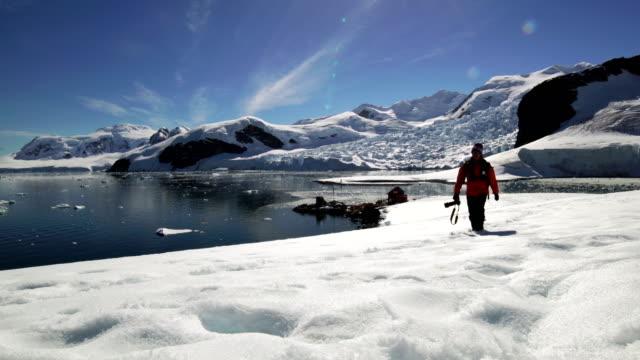 vídeos y material grabado en eventos de stock de fotógrafo de senderismo en la antártida - viaje a antártida