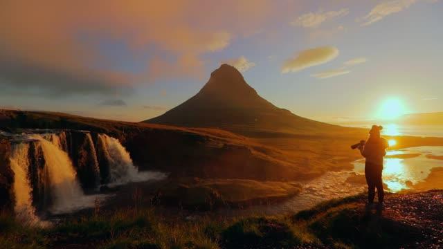 カメラマン撮影朝、アイスランドの Kirkjufellsfoss 滝 ビデオ