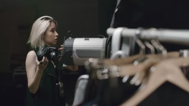 Fotógrafo no estúdio de fotografia - vídeo