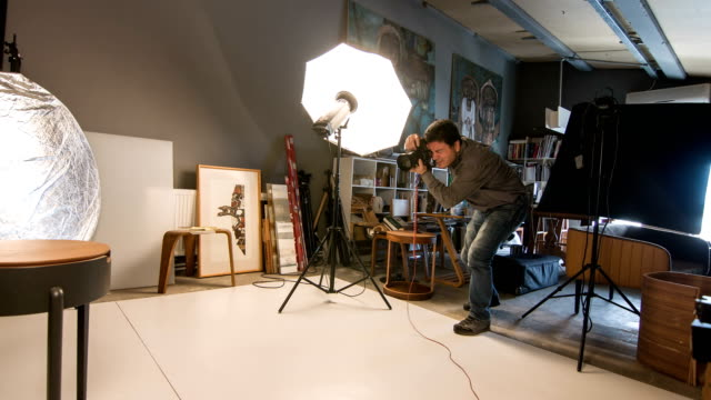 photographer shooting in the studio - foto video stock e b–roll