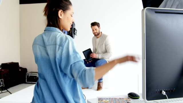 vídeos de stock, filmes e b-roll de fotógrafo fotografar com modelo masculino durante o ensaio de moda - temas fotográficos