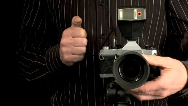 stockvideo's en b-roll-footage met photographer taking photo with old camera - lens optisch instrument