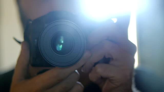 fotoğrafçı alarak fotoğraf kapalı. - stüdyo çekimi stok videoları ve detay görüntü çekimi