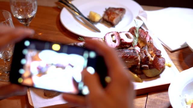 Fotografiando comida en un smartphone - vídeo