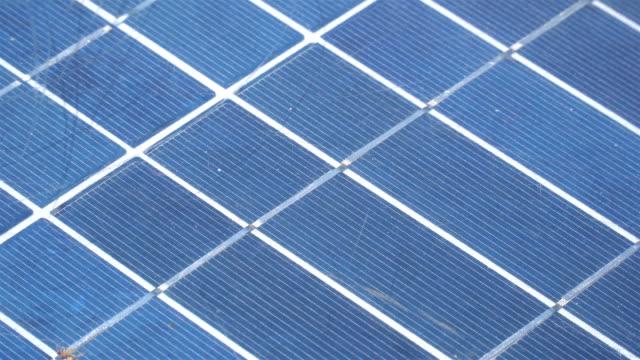 vídeos de stock, filmes e b-roll de painéis fotovoltaicos - energia solar - close-up. - arméria