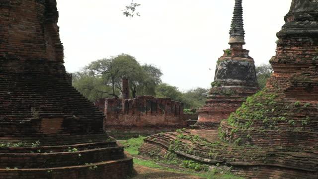 vídeos y material grabado en eventos de stock de provincia de phra nakhon si ayutthaya / tailandia - 28 de mayo de 2018: turismo en el parque histórico de ayutthaya lenta tiro - sudeste