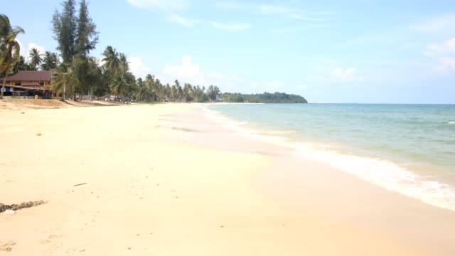 プーケットビーチ海、夏の太陽の光のビーチ海の眺め。 - プーケット点の映像素材/bロール