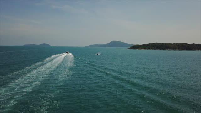 phuket insel sonnige tag motorbootfahrt luftfahrt panorama 4k thailand - phuket stock-videos und b-roll-filmmaterial