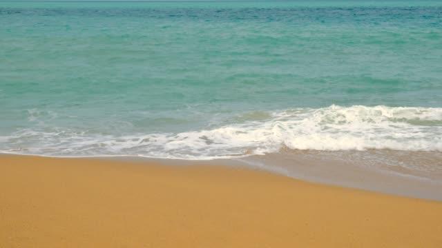 vidéos et rushes de plage de mer de phuket, vue étroite de la plage et des vagues sur l'été, thaïlande - mer d'andaman